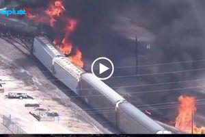 Mỹ: Ít nhất 16 toa tàu đã bị trật bánh, nhiều toa bốc cháy ngùn ngụt