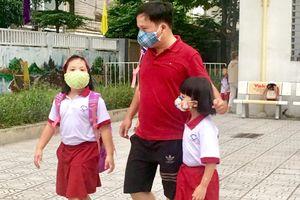 Phụ huynh, học sinh 'liều' bám trụ bên nhà máy Rạng Đông