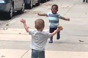 Video Hai em bé chạy lại ôm nhau khiến hàng triệu trái tim tan chảy