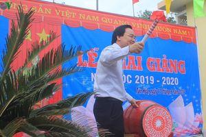 Bộ trưởng Giáo dục đánh trống khai giảng muộn tại rốn lũ Quảng Bình