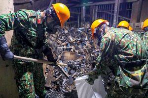 Cảnh quân đội tẩy độc hiện trường vụ cháy Rạng Đông