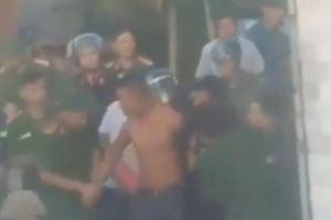 Huy động xe chữa cháy khống chế nam thanh niên ôm bình gas, mở van cố thủ trong nhà