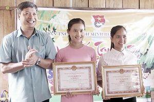 Khen thưởng 2 giáo viên tại điểm trường Tăk Pổ