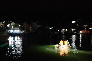 Thanh Hóa: Lật đò khiến 3 tấn ngao cùng 7 người rơi xuống sông