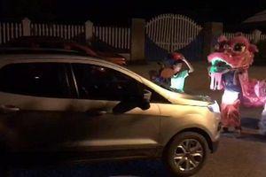 Bất chấp nguy hiểm, nhóm trẻ nhỏ múa lân lao vào đầu xe ô tô để 'xin' tiền
