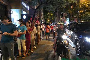 Tối muộn, người dân vẫn xếp hàng cả trăm mét chờ mua bánh Trung thu