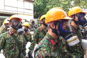 Bộ đội Hóa học vào hiện trường, tiến hành khử độc ở nhà máy Rạng Đông