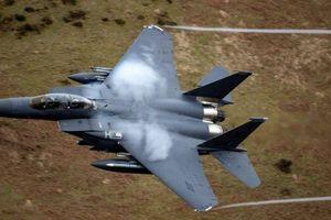 Chiến đấu cơ F-15 Mỹ suýt đâm trúng người nhảy dù