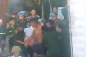 2h nghẹt thở giải cứu nam thanh niên ôm bình gas, cố thủ trong nhà