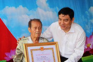 Lãnh đạo tỉnh trao tặng Huy hiệu Đảng tại Thanh Chương, Đô Lương