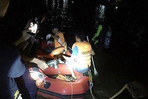 Thuyền chở ngao cùng 7 người lật úp giữa sông, 1 người mất tích