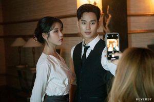 Choáng ngợp trước vẻ ngoài trẻ trung, điển trai của Kim Soo Hyun tại hậu trường bộ phim 'Hotel Del Luna'