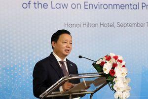 Bộ trưởng Trần Hồng Hà chia sẻ với các đại biểu quốc tế về môi trường xung quanh Nhà máy Rạng Đông