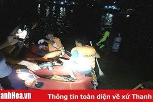 Lực lượng Cảnh sát PCCC và CNCH nỗ lực tìm kiếm nạn nhân mất tích trên sông Lạch Bạng