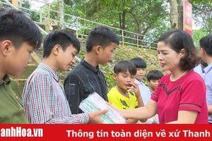Sở GD&ĐT thăm và tặng quà cho học sinh nghèo tại Bá Thước