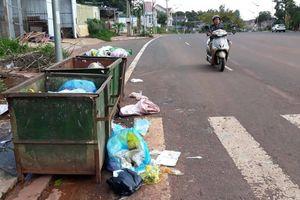 Đắk Nông: Thùng rác đặt tứ tung trên đường trông nhếch nhác, mất ATGT