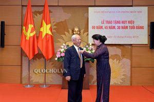 Hình ảnh Lễ trao tặng Huy hiệu 60 năm, 45 năm, 30 năm tuổi Đảng cho đảng viên thuộc Đảng bộ Văn phòng Quốc hội