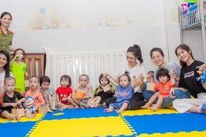 Thí sinh Miss World- Việt Nam hóa 'chị Hằng' đem Trung thu cho trẻ mồ côi