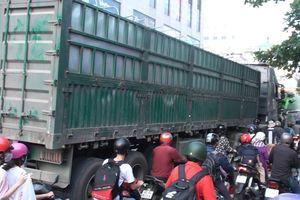 Va chạm với xe container, 2 nữ sinh thương vong trên đường đi học về