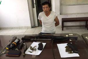 Trinh sát bắt quả tang đối tượng mang súng K56 đi bán