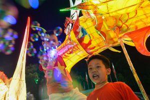 Diễu hành đèn lồng khổng lồ ra đường đón Trung thu
