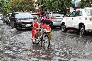 Phố 'nhà giàu' Thảo Điền ngập lênh láng sau cơn mưa