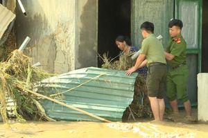 Chiến sĩ công an cứu 3 người thoát chết trong nước lũ ở Yên Minh