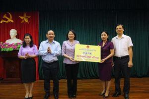 Phó Chủ tịch nước Đặng Thị Ngọc Thịnh tặng SGK cho thư viện trường học tỉnh Tuyên Quang