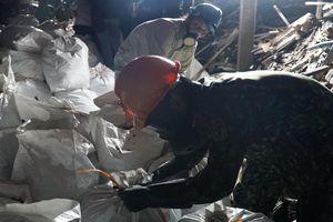 Binh chủng Hóa học đã thu gom được 5 tấn phế thải sau vụ cháy Rạng Đông