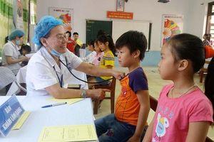 Khám sức khỏe miễn phí cho học sinh quanh khu vực công ty Rạng Đông