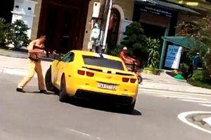 Video CSGT cầm súng AK truy đuổi, xe sang vẫn vù ga bỏ chạy