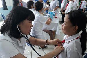Khám sức khỏe cho trên 1.700 học sinh phường Hạ Đình sau vụ cháy Công ty Rạng Đông
