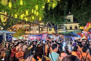 Hà Nội: Biển người đông nghịt đổ về phố Hàng Mã chơi Trung Thu