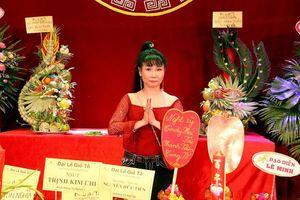 Nghệ sĩ Uyên Thảo dự lễ giỗ Tổ tại hai sân khấu lớn