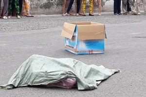 Người phụ nữ đi xe máy đánh rơi bao tải chứa thi thể trẻ sơ sinh trên đường