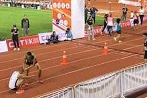 Vận động viên marathon hy sinh phút cuối giúp đối thủ kiệt sức
