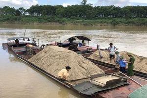 Bắt giữ thêm 11 thuyền khai thác cát trái phép trên sông Lam