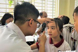 Hàng nghìn học sinh Hà Nội xếp hàng khám sức khỏe sau vụ cháy Rạng Đông