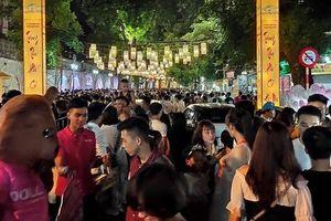 Hà Nội: Dân đổ lên phố cổ đêm Trung thu vui chơi và ngao ngán lắc đầu 'nhìn đâu cũng thấy người'