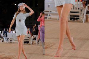 Đi chân trần trên sàn diễn, Gigi Hadid gặp sự cố hay tạo chiêu trò?