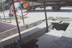 Vào cua tốc độ cao, xe máy đâm trực diện xe tải