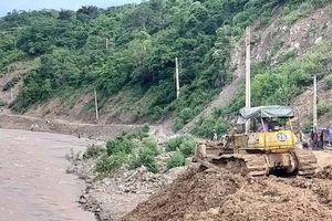 Sở GTVT 'đồng ý' cho đơn vị thi công xúc đất đổ thải xuống sông?