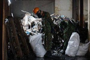 Các quân nhân vật lộn tẩy độc giữa ngổn ngang phế thải vụ cháy Rạng Đông