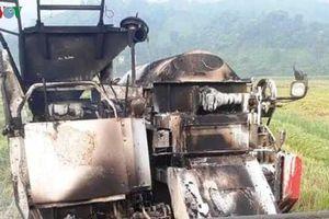 Máy gặt đập giá trăm triệu đồng bị cháy khi để qua đêm ngoài đồng