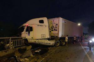 Xe container bể bánh xuýt rơi xuống kênh ở quận 2