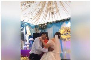 Không hôn chú rể trong đám cưới, cô dâu bị mắng 'không giữ thể diện cho chồng'
