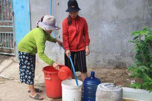 Dân quân chở nước về 'chữa' khát cho dân