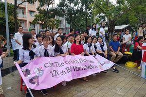 Sôi nổi điểm cầu Olympia Cần Thơ: Đội mưa cổ vũ Nguyễn Bá Vinh