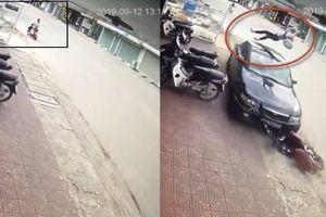 Clip nữ sinh ở Quảng Ninh đi xe điện bên lề trái bị ô tô húc văng lên trời