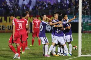 Quang Hải lập cú đúp ngày Trọng Hoàng bị thẻ đỏ, Hà Nội chạm một tay vào cúp vô địch